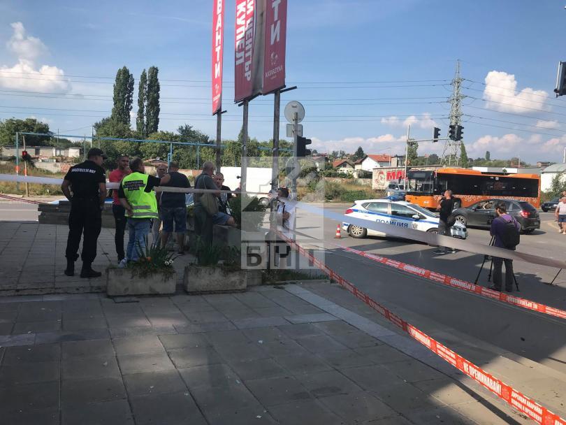 снимка 2 Кола се вряза в търговски обект в столичния квартал Овча купел