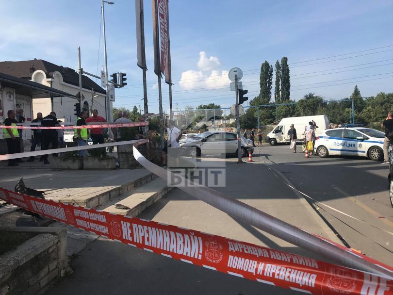 снимка 4 Кола се вряза в търговски обект в столичния квартал Овча купел