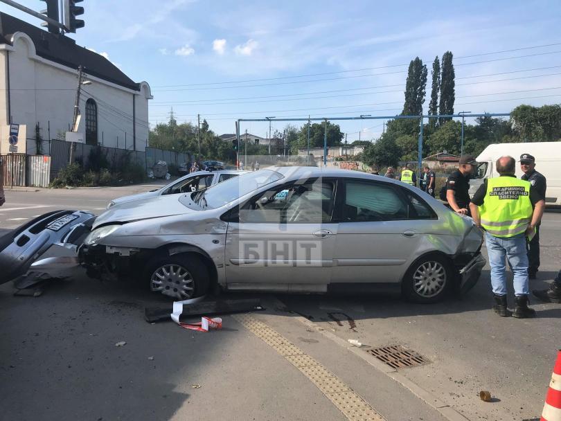 снимка 5 Кола се вряза в търговски обект в столичния квартал Овча купел
