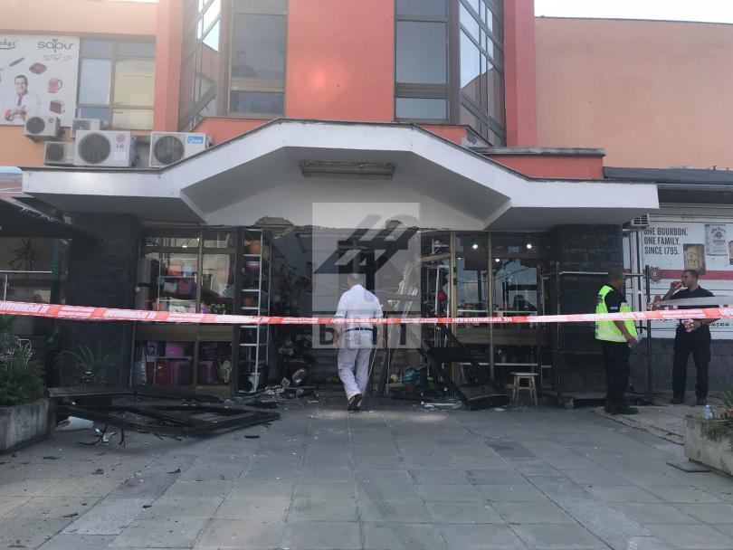 снимка 6 Кола се вряза в търговски обект в столичния квартал Овча купел