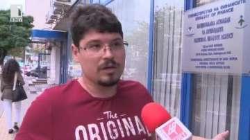 Мъж се оплака от тормоз от охранител в НАП