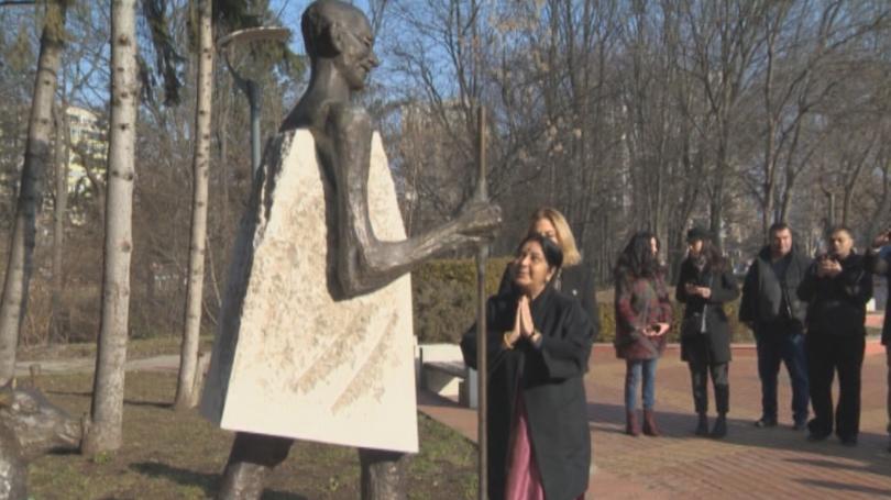 Снимка: Външният министър на Индия се преклони пред паметника на Ганди в София