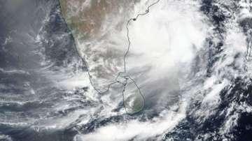 Близо 800 000 души в Индия са евакуирани заради очакван циклон