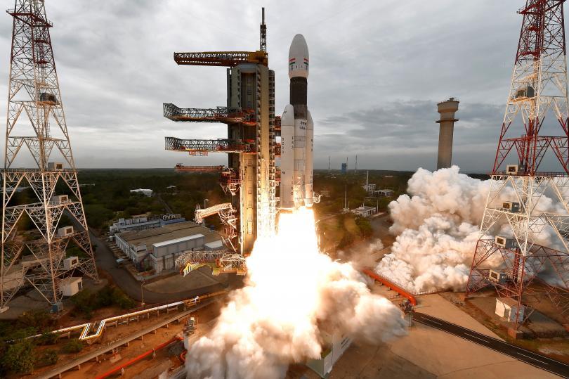 Снимка: Индия успешно стартира мисия до Луната