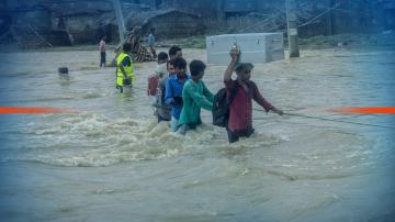 Над 130 са жертвите на наводнения в Южна Азия
