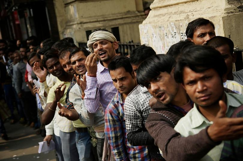 снимка 1 Хаос и сблъсъци пред банките в Индия  заради изтеглените от обращение банкноти