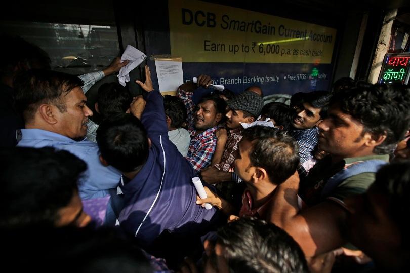 Хаос и сблъсъци пред банките в Индия  заради изтеглените от обращение банкноти