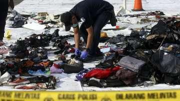 Водолаз загина при издирването на катастрофиралия индонезийския самолет
