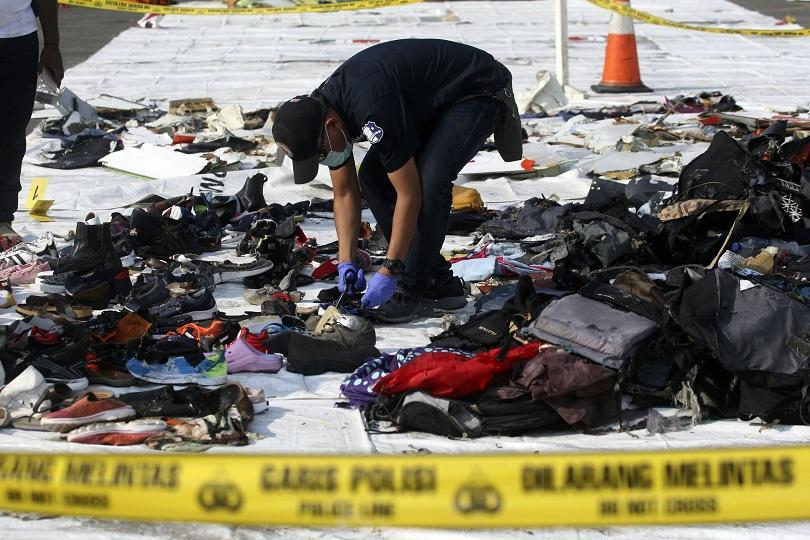 водолаз загина издирването катастрофиралия индонезийския самолет