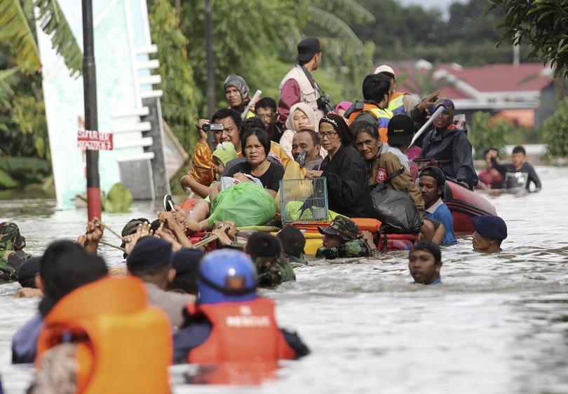 десетки жертви наводнения индонезия