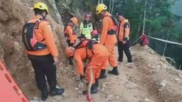 Незаконна златна мина се срути в Индонезия, издирват оцелели