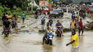 77 са вече жертвите на наводненията в Индонезия