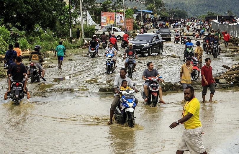 Най-малко 73-ма човека загинаха при наводнение в индонезийската провинция Папуа,