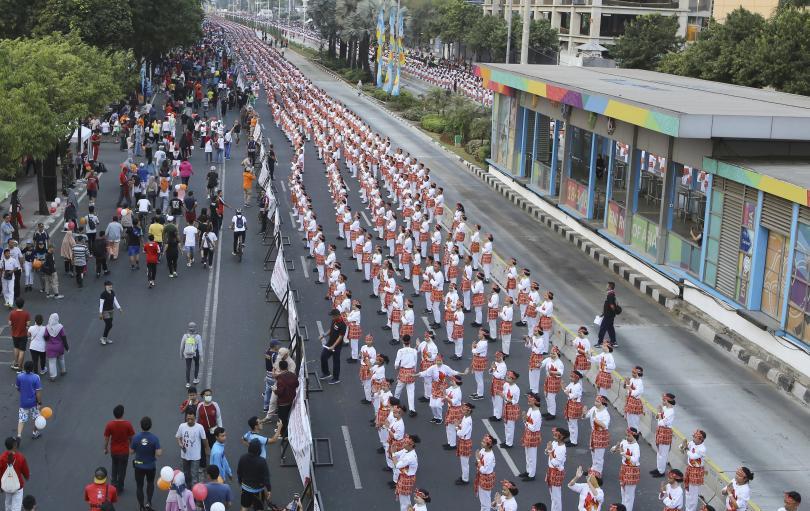 снимка 1 Индонезийският президент се включи в масов танц по улиците на Джакарта