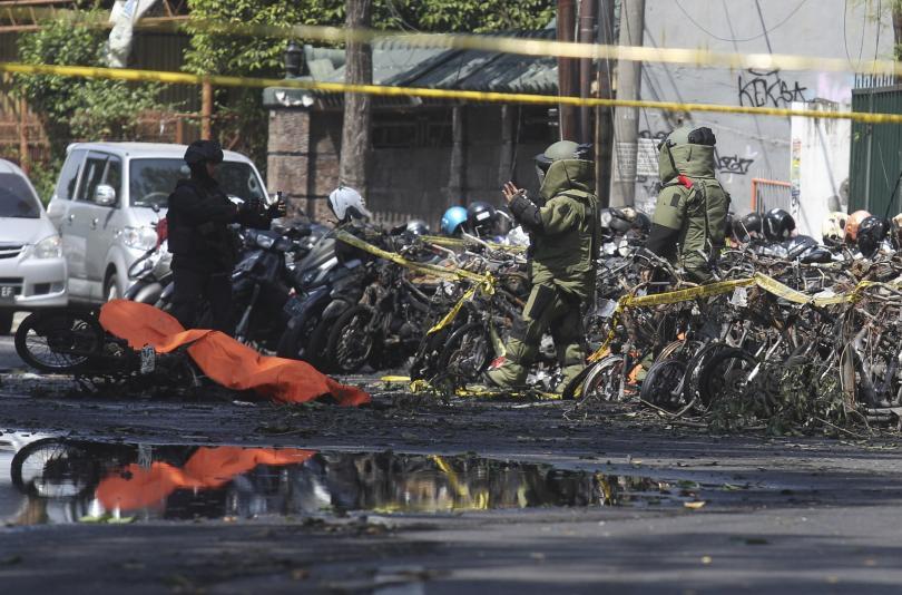 Кървави атентати в църкви в Индонезия