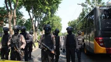 След бомбените нападения срещу три църкви в Индонезия