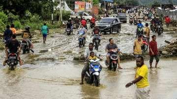 Наводнения взеха жертви на остров Суматра, 12 000 души са евакуирани