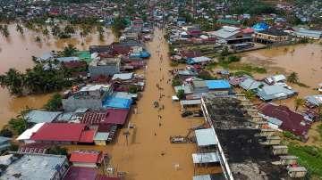 Расте броят на жертвите на наводнението в Индонезия