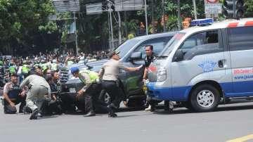 Най-малко 6 взрива разтърсиха Джакарта