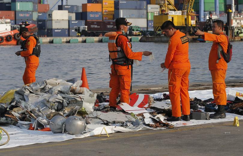 Продължава издирването на оцелели след самолетната катастрофа в Индонезия