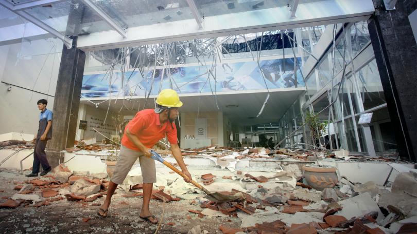 Броят на жертвите на земния трус на индонезийския остров Ломбок