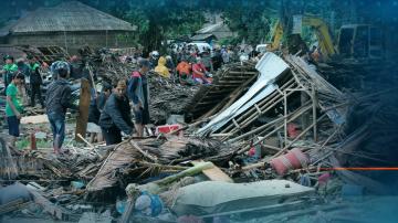 Броят на жертвите след опустошителното цунами в Индонезия продължава да расте