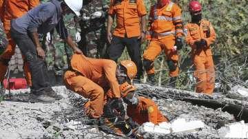 Продължават спасителните операции след разрушителното земетресение в Индонезия