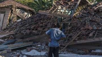 Надежда за оцелели под отломките след труса в Индонезия