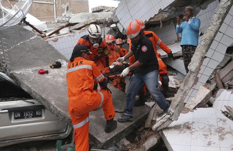 Жена беше спасена от рухнал хотел два дни след земетресението в Индонезия
