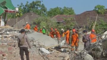Вторичен трус в Индонезия предизвика паника