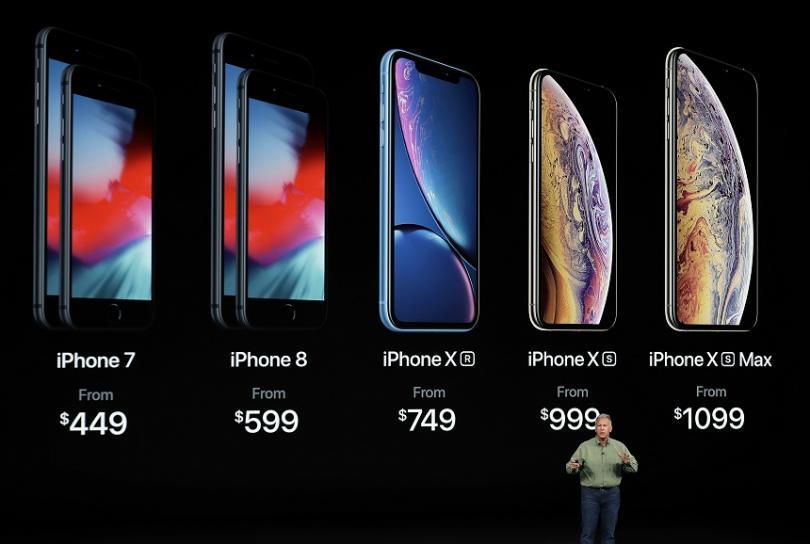 Стартовите цени на новите модели iPhone са 749, 999 и 1099 щатски долара, но цените на по-старите модели са понижени