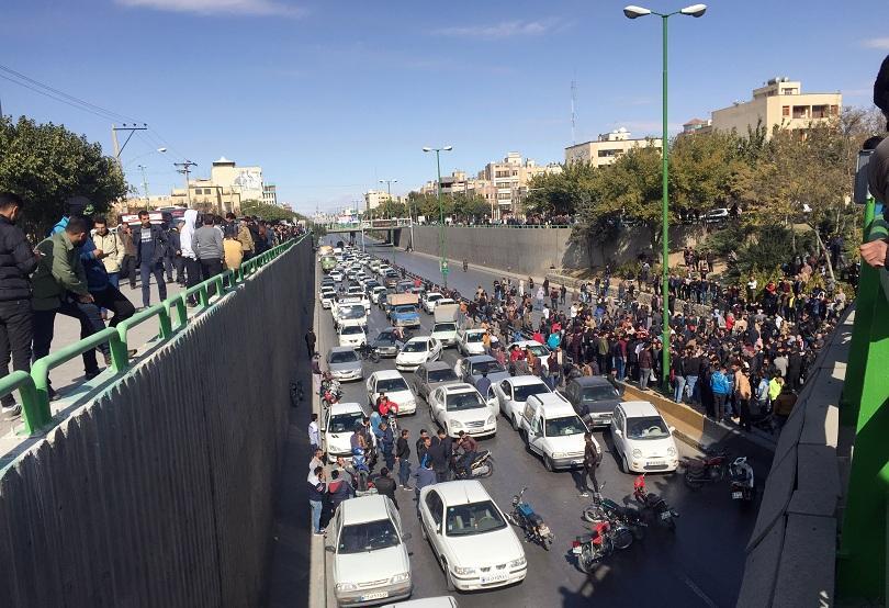 В Иран избухнаха протести след изненадващото поскъпване на бензина. Вече