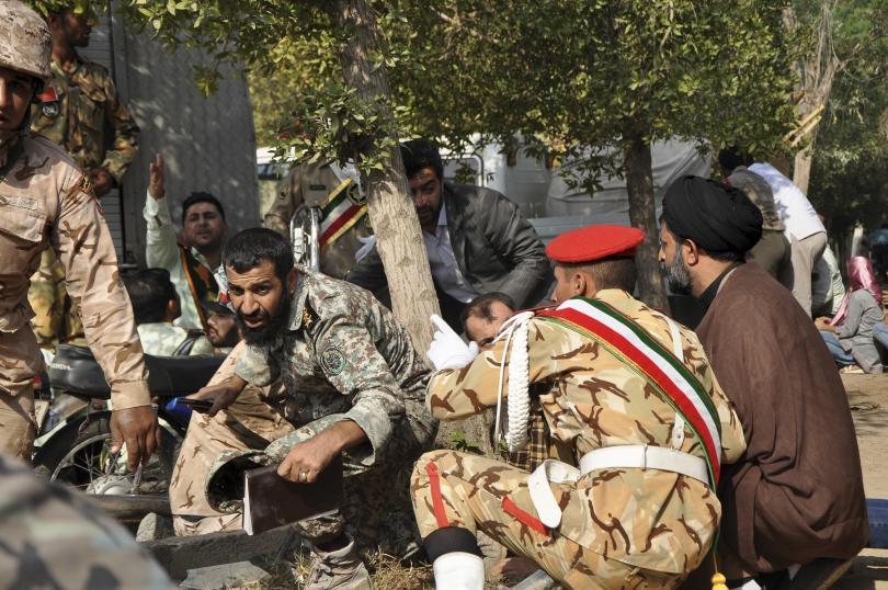 Най-малко 29 души загинаха след като четирима въоръжени нападатели стреляха