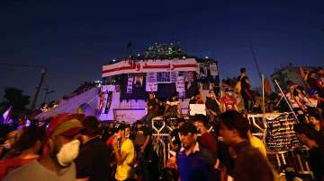 Десетки празнуваха новината за смяната на властта в Багдад