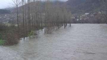 Нивото на река Искър стресна жителите на селата по дефилето