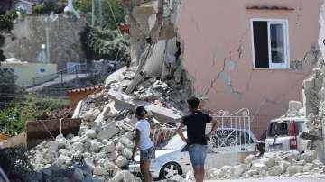 Животът на остров Иския се нормализира след земетресението