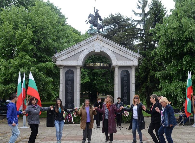снимка 2 Из цялата страна честваха Гергьовден и Деня на храбростта (СНИМКИ)
