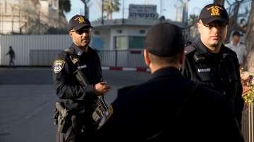 Палестинец рани с нож двама израелски полицаи и беше прострелян