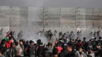 Десетки палестинци са ранени при сблъсъци на границата с Израел