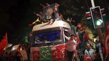 От нашите пратеници: Хиляди отпразнуваха изборната победа на Ердоган