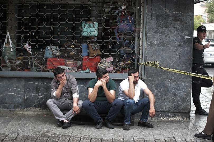 снимка 2 12 души загинаха при кървав атентат в центъра на Истанбул