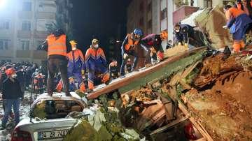 След рухването на 8-етажната сграда в Истанбул, спасителната операция продължава