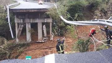 Мост рухна след свлачище заради лошото време в Италия