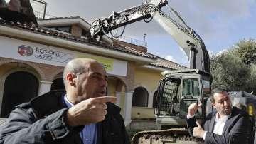 Вътрешният министър на Италия разруши лично незаконни вили на мафията