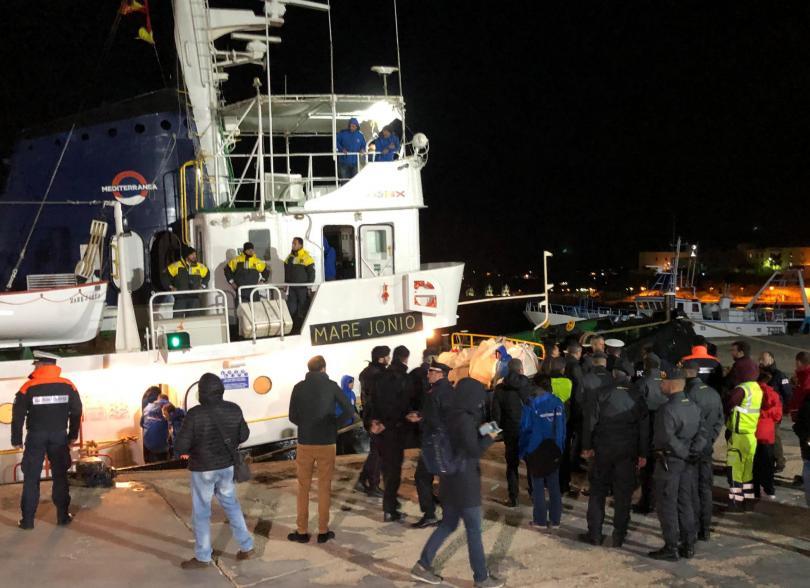 Италия задържа кораб на благотворителни организации, който превозва мигранти и