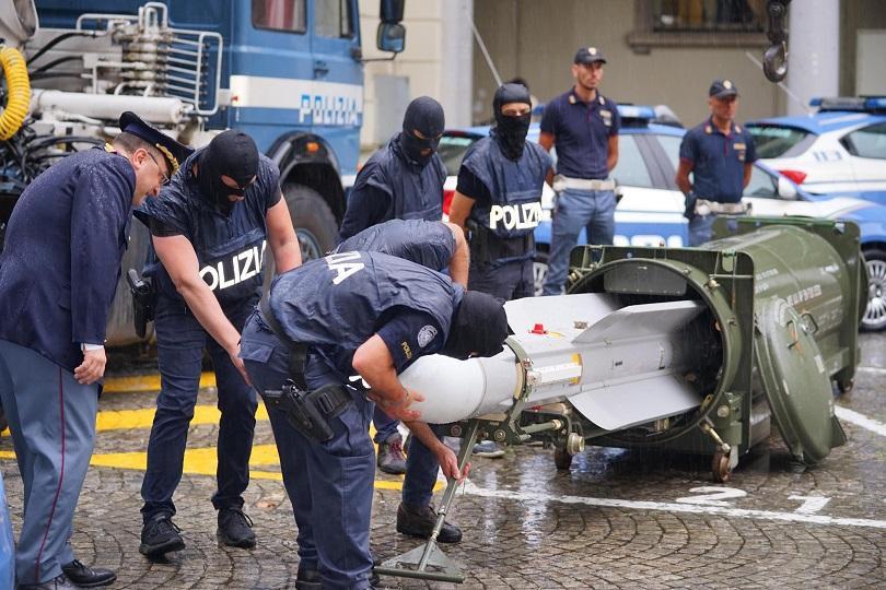 Италианската полиция иззе незаконни оръжия, включително ракета въздух-въздух, по време