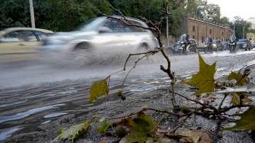 Дърво падна върху кола в Северна Италия и отне живота на двама души