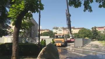Спират временно демонтажа на паметника пред НДК заради подпаления кран