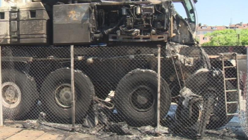 снимка 2 Спират временно демонтажа на паметника пред НДК заради подпаления кран