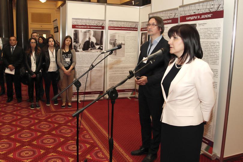 Председателят на парламента Цвета Караянчева откри изложба с фотографии, свидетелски